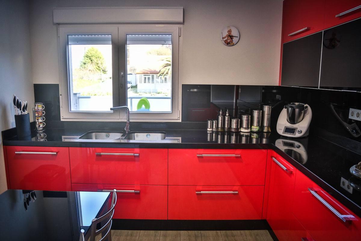 montaje-cocina-moderna-roja-camarinas-00004